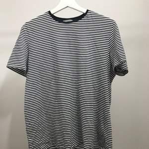 Fin randig T-shirt från COS  Köparen betalar frakt