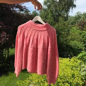 Somrig stickad tröja i storlek s💘 Frakten ingår i priset och om fler bilder önkas så är det bara att fråga🌸