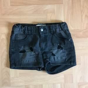 Ett par svarta jeansshorts från I Dig Denim i storlek 158/164. Man kan göra dem mindre eller större i midjan så att dem passar din kroppstyp. Jag säljer dem då de inte passar mig längre🖤köparen står för frakten!