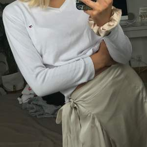 superfin tröja från Tomm hilfiger💕  tröjan är i stl L men jag är s och den passar perfekt på mig så skulle hellre säga att de är som S😘 superfint skick 👍🏼 vringad❣️