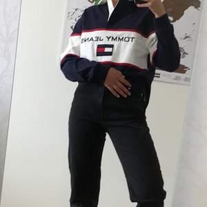 """Extremt snygg """"skjorta"""" från Tommy hilfiger. Köpt för 500kr. Den har rätt så tjockt tyg, så vet inte om man kan kalla den skjorta direkt. Väldigt bra skick, köpt här på plick för 500kr. Storlek S men ganska stor så skulle snarare säga M. Frakt tillkommer!"""
