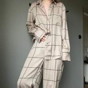 Säljer mitt loungewear set! Har stylat det med borde klackar och smycke men även använt det som en hederlig pjamas. Jag är 160cm lång och byxorna är i perfekt höjd med ett par klackar till. Då jag släpar dom något utan skor.