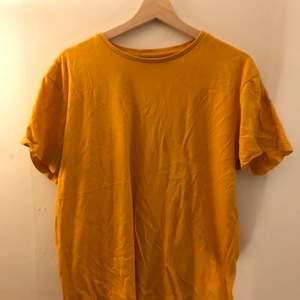 Gul t shirt från cedarwood satte i storlek large.