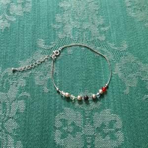 Silvrig fotlänk med pärlor. 20 kr inklusive frakt