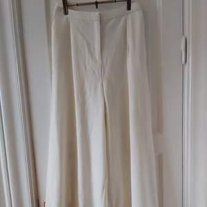 Ett par väldigt sköna vita vida byxor från monki. De är väldigt vida och lite kortare i modellen, tänk culottes. Har använts vid max 3 tillfällen, inga fläckar eller så. Storlek XS men passar mig som vanligtvis har S och 27 i midjan på jeans.