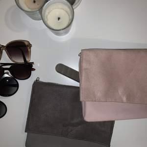 Två kuvertväskor från H&M, den gråa är helt oanvänd och den rosa är använd en gång, med en fläck som syns på andra bilden🌺 Båda för 100kr eller en för 60kr