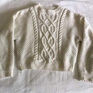 Fin och mkt skön sticka tröja från hm. Strl S, passar även M. Lite kortare läng och passa perfekt till hög midja. Älskar denna kofta! säljes pga inte passar längre. 40 sek exl frakt.