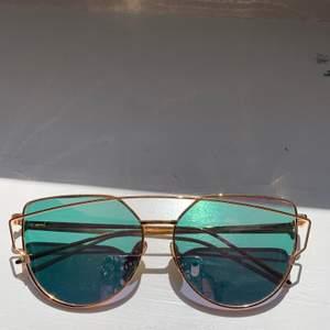 Ett par rosa solglasögon med lite detaljer. Köpte på Wish och de har tyvärr inte kommit till användning. Det är dock några små repor i glaset. Säljer för 50 kr + frakt eller högsta bud!! 💗