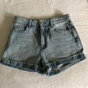 Sköna jeans shorts från Gina tricot. Höga i midjan, fickor fram och bak. Använda en gång, som nya.      100 sek inkl. frakt.