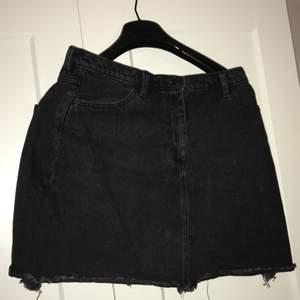 Kjol i A-passform. Gillar den men jag trivs inte i kjol... Går ner till första 1/3 av låret ca, på mig (165 lång). Bara använd knappt 5 gånger. Frakten delar vi på :)