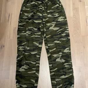Militärbyxor från Gina tricot , fickor på sidorna , köparen står för frakt