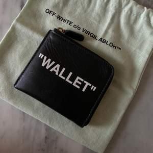 Finns på Gärdet. Eller postas.  ITEM DESCRIPTION Quote coin purse from the Pre-Fall 2018 Off-White c/o Virgil Abloh collection in black