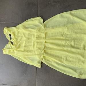 Jättefin somrig klänning som använts en gång. Stretch i midjan⚡️ haken till ryggen har lossnat men inget som inte går att laga. Storleken är borta, men den sitter som en S/M