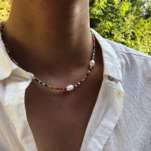 HARENAE halsband🐙 Miyukipärlor med sötvattensstenar, så snyggt nu på sommaren 🤩 170kr #BONANZA Frakt 11kr För mer smycken checka in min insta! @bonanza.jewels