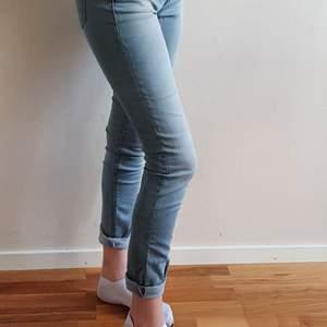 Ljusblå lågmidjade jeans i storlek w26/l30. Kan mötas upp i Uppsala/Stockholm, alternativt skickas mot fraktkostnad.💛