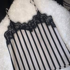 Jättefint linne från ZARA med spets. Fint skick!!