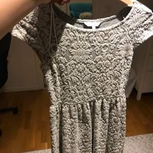 En jättesöt kläning som inte var använd ofta. Materialet är väldigt elastiskt och skönt.