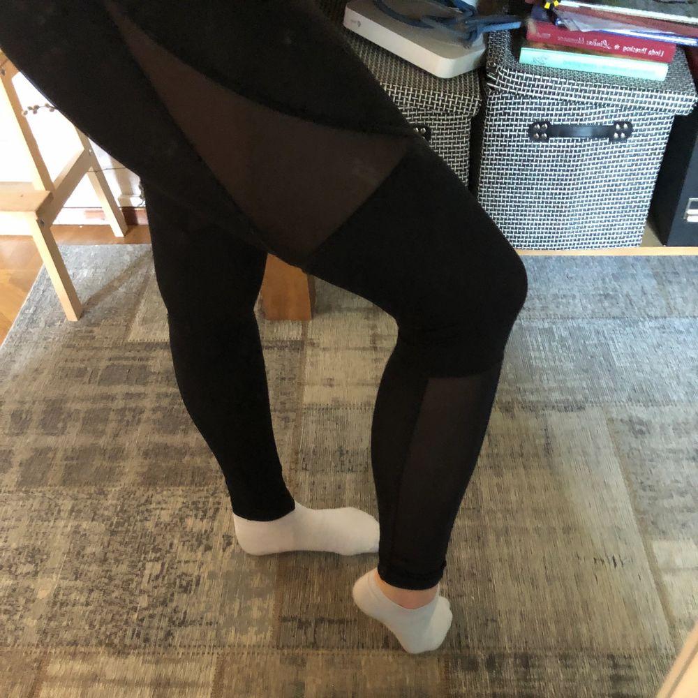 Svarta tights med när på sidan. Bra skick . Jeans & Byxor.