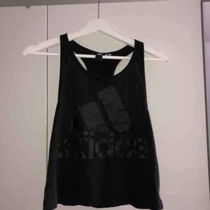 Linne med svart adidas logga på framsidan