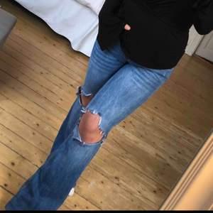 Gina tricot bootcut med låg midja, gjort egna hål i knäna❤️ passar mig som är ca 160cm