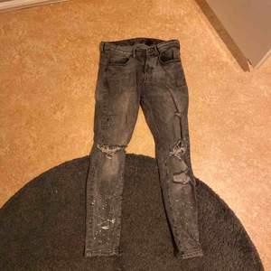 Slim fit jeans från HM med färgstänk och hål. Skitfeta men använder de ej för att det är inte min stil längre. De är väl använda.