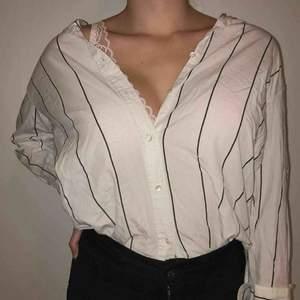 Randig skjorta från H&M, super fräsch och endast använd 1 gång. Nypris 499kr.