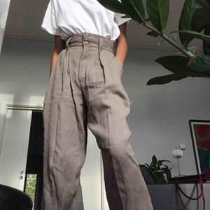 Vintage ljus grå/beiga byxor. Inköpta  på 90-talet men skulle säga att de har lite 40- 50-tals känsla. Väldigt bra skick. Hellånga på mig som  är 173 cm men de  är även snygga att vika upp. Fraktar eller möts i Stockholm💖