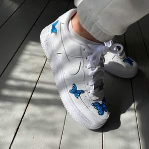 Handmålade Nike air force 1, sista paren kvar, först till kvarn!  Skorna är äkta och inte från Wish eller liknande, färgen som används spricker ej och tål vatten. Perfekt och hållbar Kvalite 💙🤍 kan fraktas (63kr)