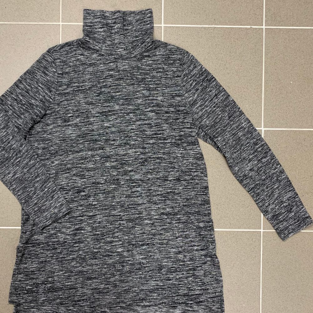Snygg grå vit längre långärmad tröja med hög krage. Jätte skön att ha på sig. Använd ett par gånger. . Tröjor & Koftor.
