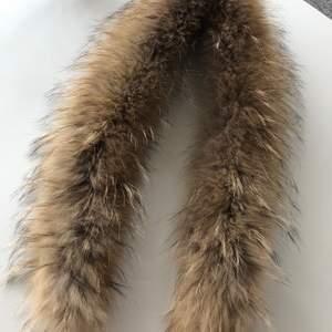 Hollies pälskrage i äkta päls 115cm från ett djur och rökfritt hem avhämtas eller skickas mot 42:-