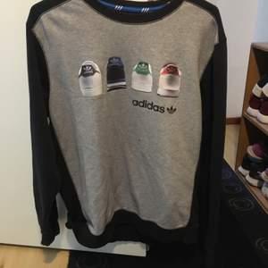 Sweatshirt från adidas. Stl 2XL men sitter fint som en sweatshirt klänning och känns mer som en XL-L