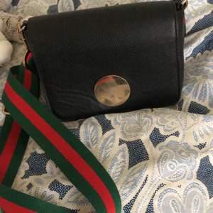 Säljer min axelremsväska med ett sjukt snyggt band, går att byta ut om så önskas 🥰. Frakt tillkommer på 70 kr om man vill ha den fraktad, annars möts jag upp.