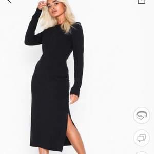 Supersnygg klänning i storlek S från Nelly, aldrig använd med prislapp kvar! jättefint till våren eller så snyggt och skönt en sommarkväll! säljs pga att ja redan har en liknande,Köpare står för eventuell frakt
