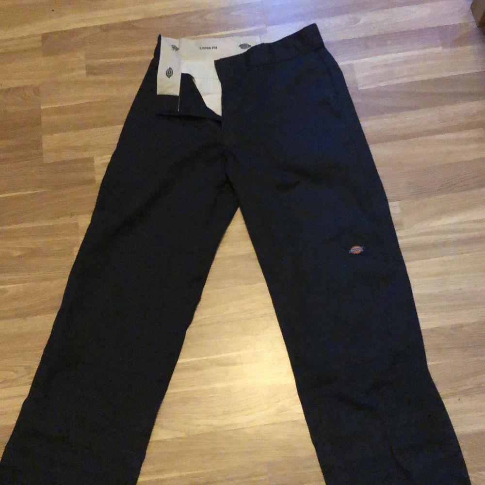 Skick 8/10 har lite skador, går att sjustera längd storlek genom att vika upp dem. Original pris 750kr. Jeans & Byxor.