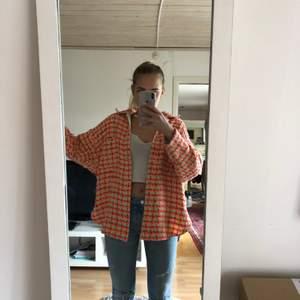 Intressekoll på min fina jacka från Asos! Säljer denna då den inte kommer till användning. Jackan är i mycket gott skick och har använts endast fåtalet ggr. Buda💗