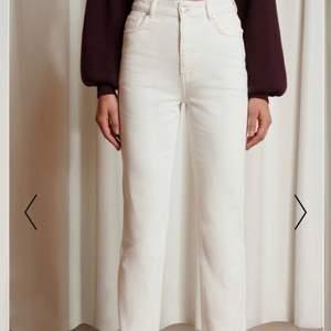 As snygga vita raka jeans ifrån Emma ellingsens kollektion tillsammans med nakd. Byxorna är helt slutsålda. Köpta för 499 säljer för 300. Använda Max 3 gånger😊