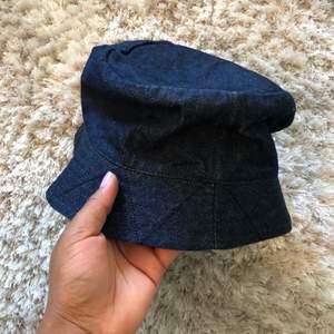 En snygg bucket hatt som är knapp använda så jag har för stort huvud Hahaha. Jag köpte den för 2 år sen.