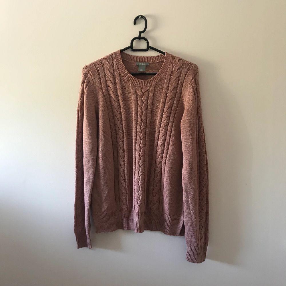 Jättefin rosa kabelstickad tröja, använd fåtal gånger. Priset är inkl frakt. Stickat.