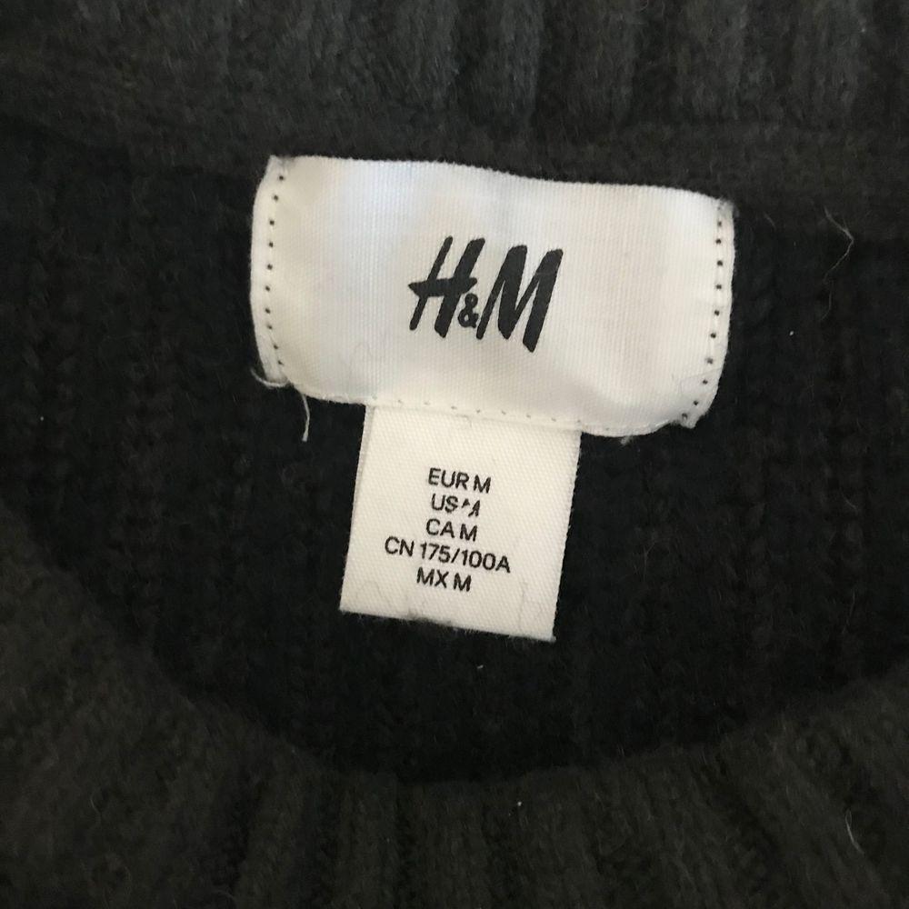 Stickad tröja som har krympt i tvätten. Står M på eriketten men passar som S. Stickat.