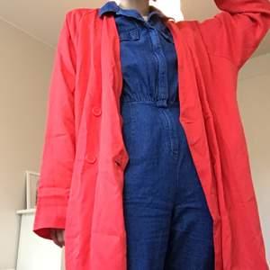 Röd, tunn kappa från Monki, i storlek XS. Den är oversize i storleken så S kan också ha den. Kan mötas i Stockholm eller posta. Frakt inkl i priset ❣️