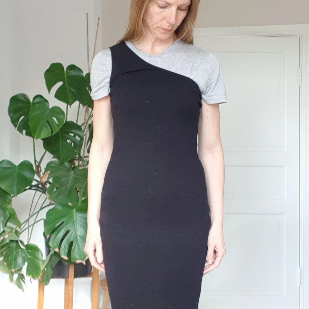 Svart, asymmetrisk, stretchig klänning. Bra skick, lite använd. Normal strl. S.. Klänningar.