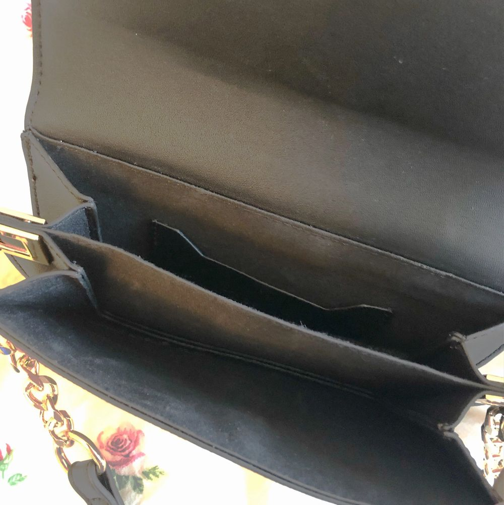 Brunmönstrad axelväska från Topshop, sparsamt använd max tre gånger. Köptes för 250 kr, jag säljer för 40❤️ Köparen står för frakt. Väskor.