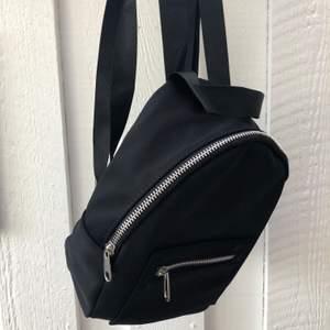 Jättefiiin och stilren ryggsäck!! Älskar sådana här mindre varianter. Snygg sportig detalj!! Tyvärr kommer den inte till användning (knappt använd alls). Går att justera axelbanden (se bild 3), frakt tillkommer