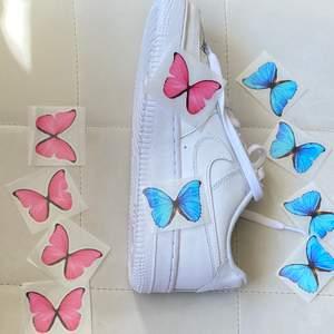 Enkla, unika blå och rosa fjärilar💕  Gör dina egna fjärilsskor.  🦋  anpassade AF1, VANS eller andra skor du vill ha.   instruktioner ingår🦋  1 set: 5 fjärilar