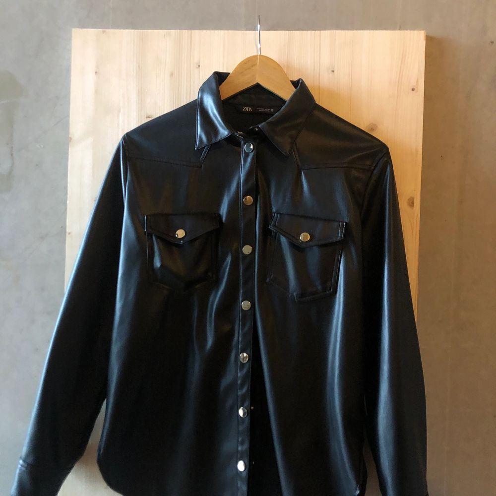 Skjorta i läderimitation från zara. Använd 1 gång. Storlek small. Köparen står för frakt.. Skjortor.