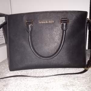 Väska är äkta, jag har inte påse eler kvitto, jag köpte po facebook for 1500 kr. Jag säljer eller byta for Selma medium svart, finns i Huddinge 🙂
