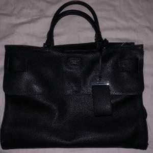 En svart Guess handväska köpt från accent. Inga hål men en ganska stor bläckfläck, visas på bild 3. Säljs för att den inte kommer till användning.