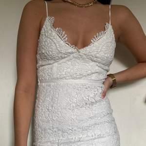 En vit klänning som använts till student! Superfin!!!💛 storlek 36