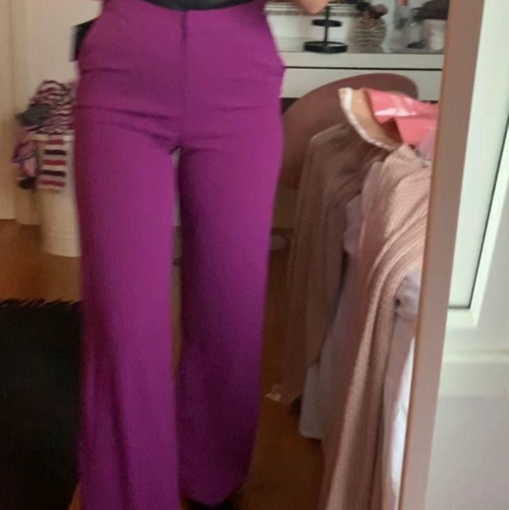Lila kostymbyxor perfekt nu till sommaren , säljer för 150 +frakt , sitter sjuk skönt och snygg hög midja . Jeans & Byxor.