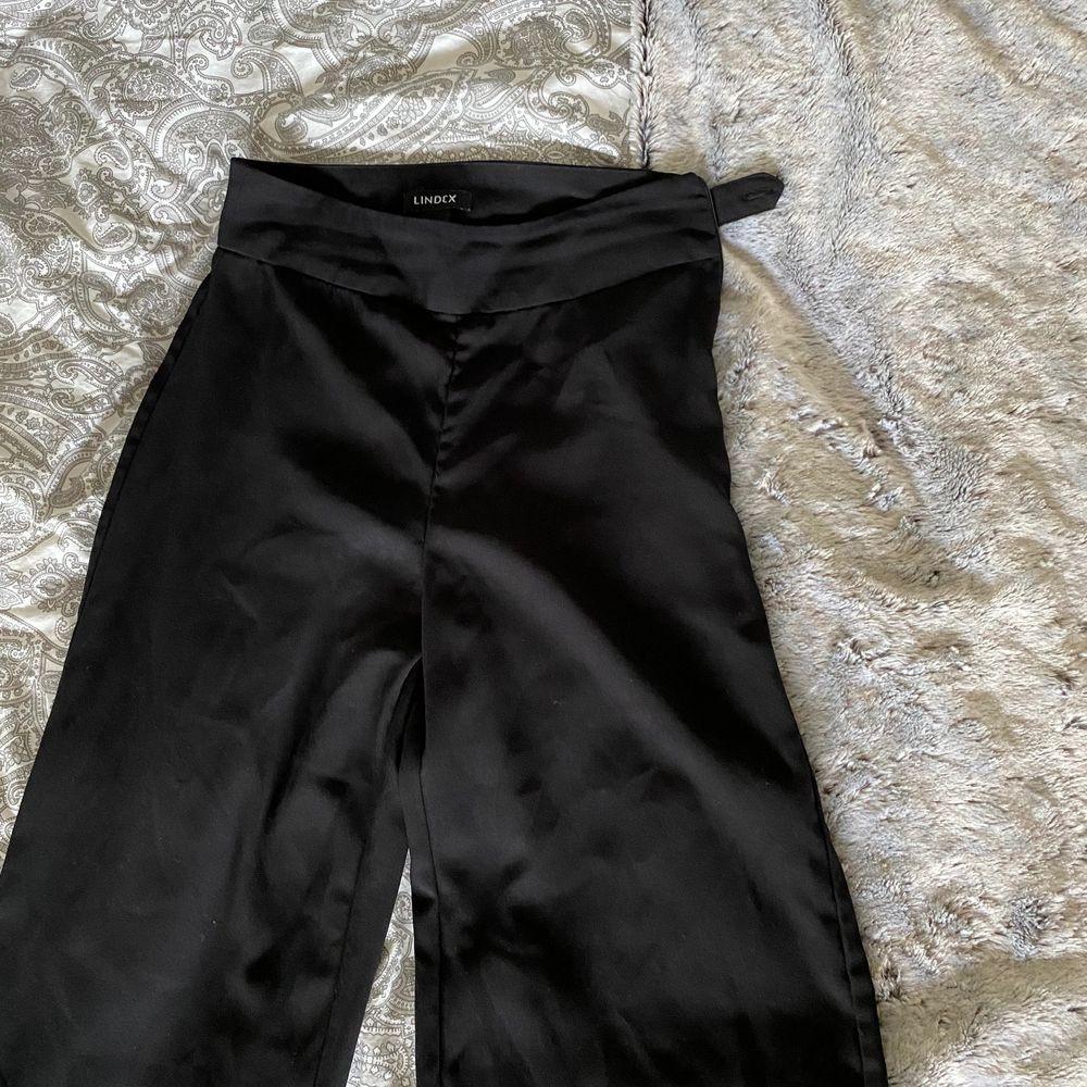 Använt men väldigt bra skick! Storlek XS, de är lite korta på mig som är 169cm lång. 170kr plus frakt 🌸. Jeans & Byxor.